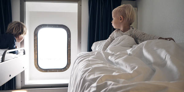 To barn ser ut av vinduet på en Standardlugar med vindu