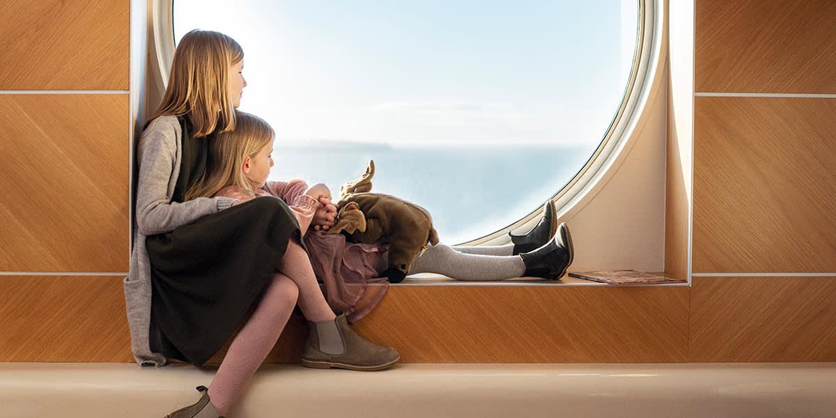 Barn nyter utsikten utover havet