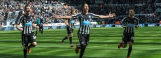 Newcastle Uniter players on pitch