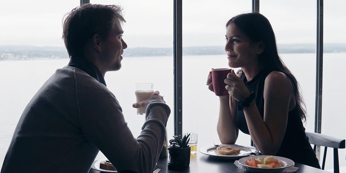 Par spiser frokost i 7 Seas