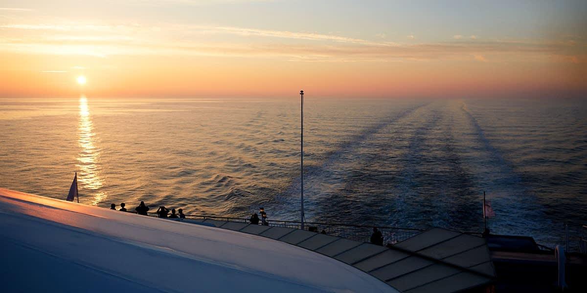 Solnedgang fra dækket om bord
