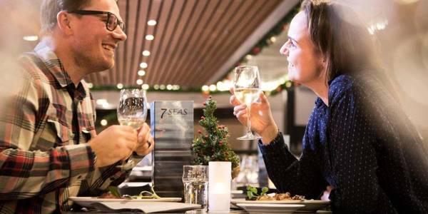 Par spiser middag i 7 Seas