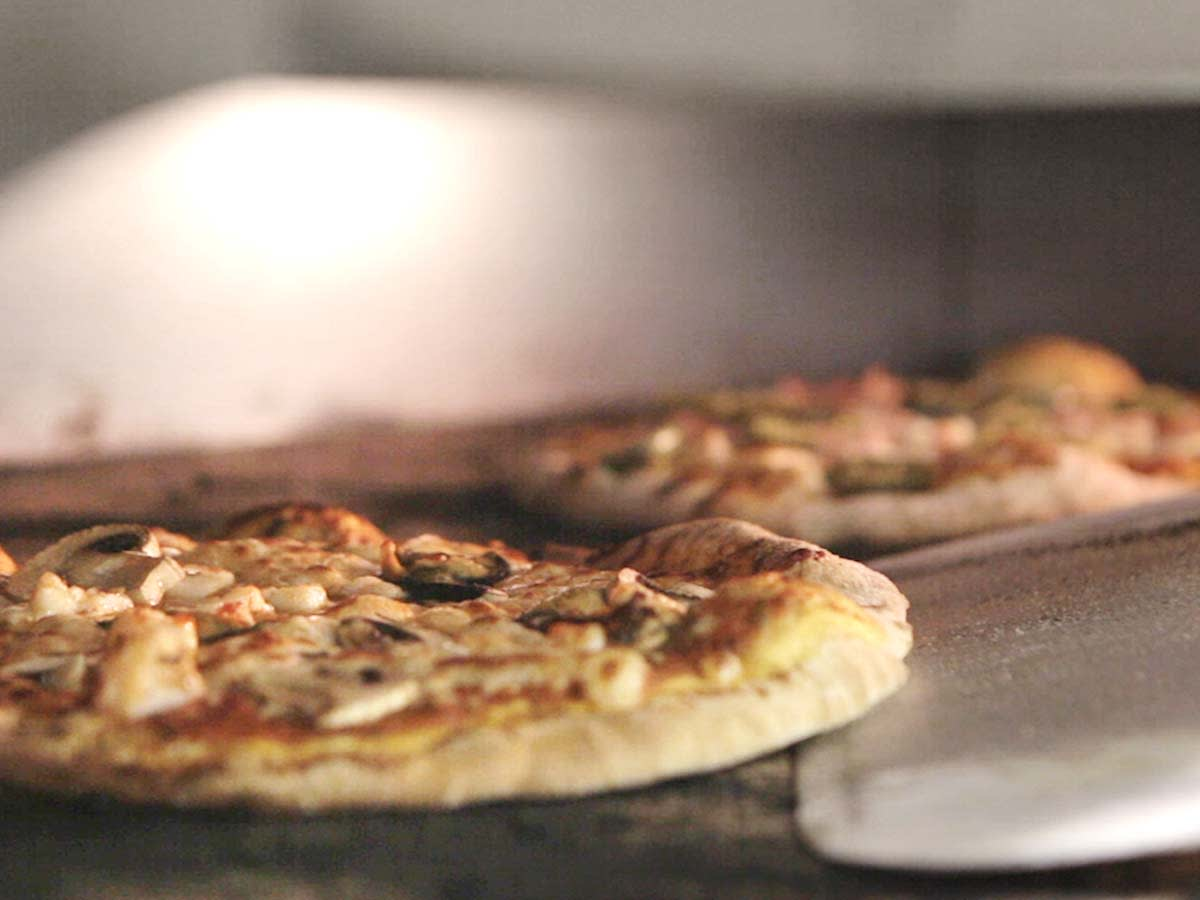 Lækker pizza i Little Italy på skibet