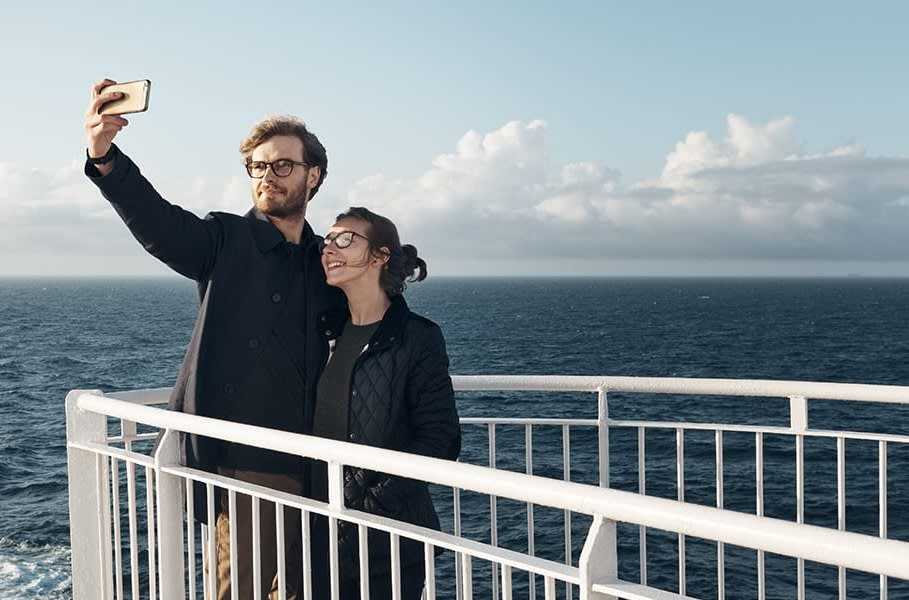 Junges Paar macht ein Selfie an Bord