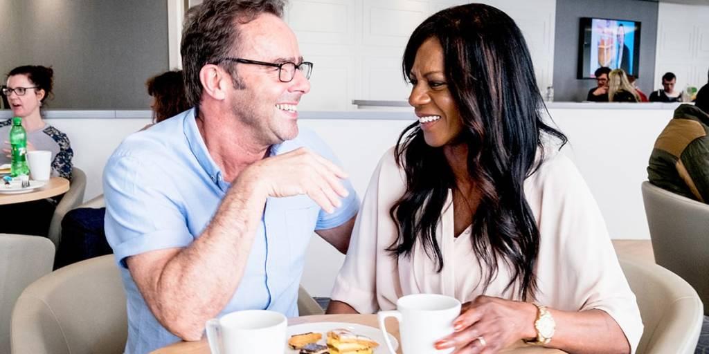 Par slapper af på Cafe ombord Eastern Channel færge
