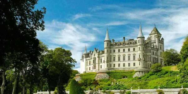 Blick auf das Dunrobin Schloss in Schottland