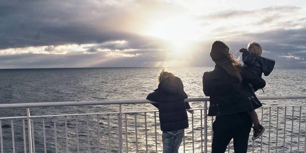 Familie beundrer utsikten fra dekk