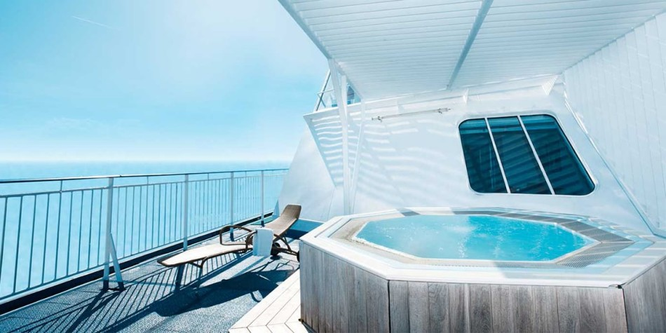 Outdoor jacuzzi on a large balcony belonging to the commodore de luxe cabin.