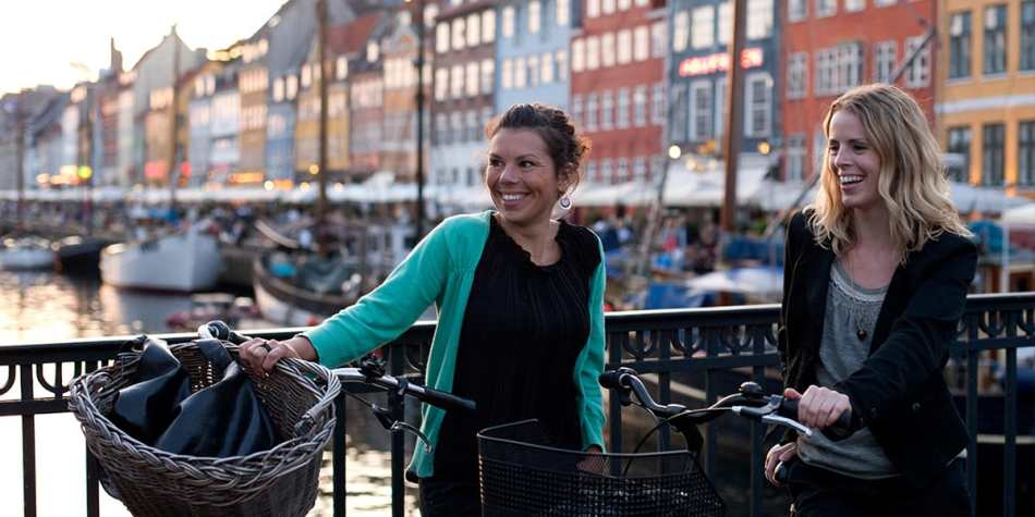 women with bikes in Nyhavn
