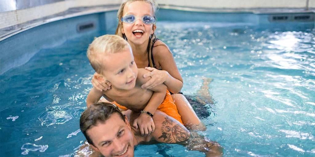 Familie koser seg i Bubble Zone