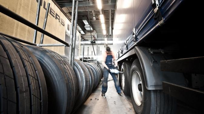 DFDS mechanic repairing a truck in the DFDS Ghent Terminal Workshop