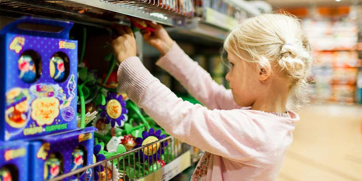 En liten jente i tax free shoppen