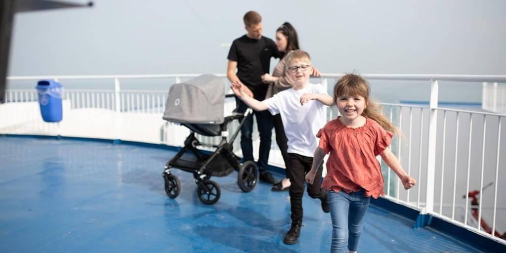 Rodzina z wózkiem i dziećmi na pokładzie promu