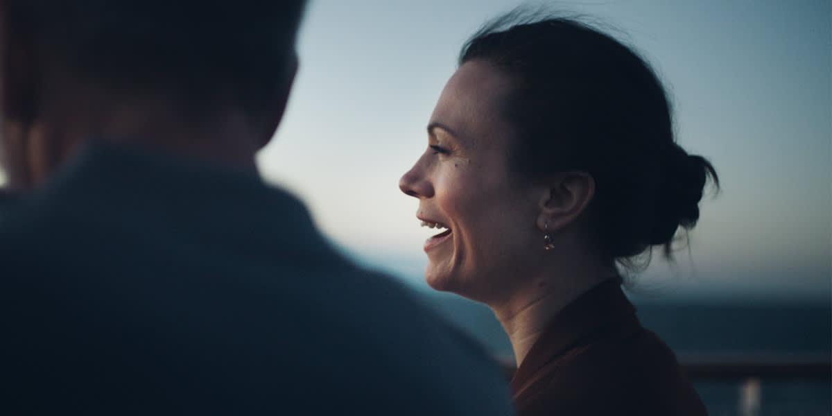 Kvinne ler ute på dekk