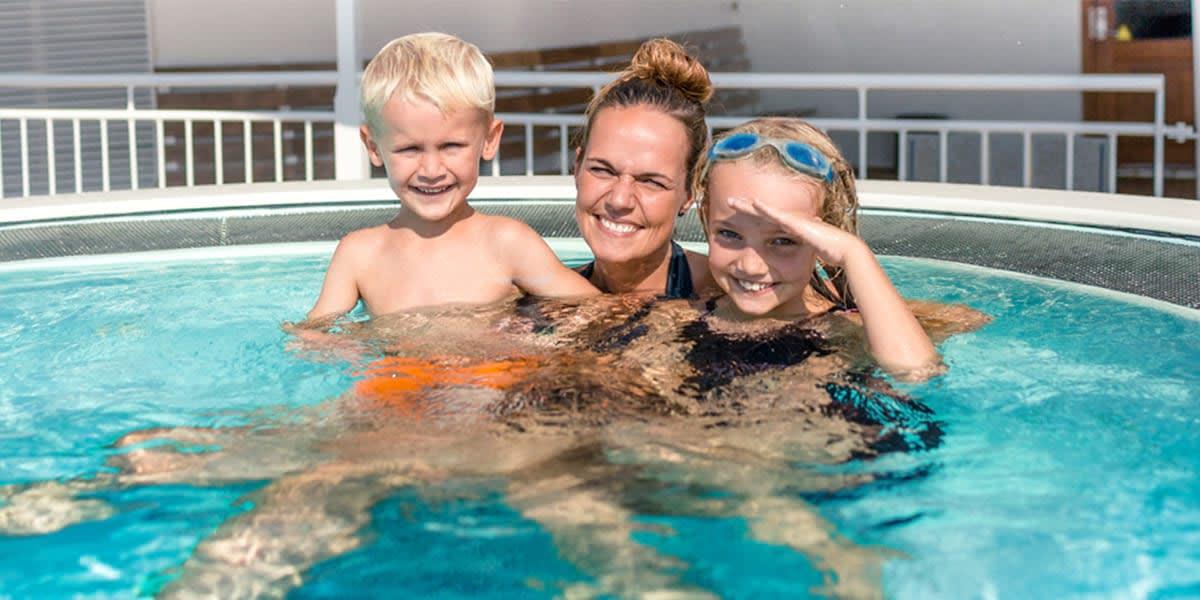Mutter mit Kindern im Pool