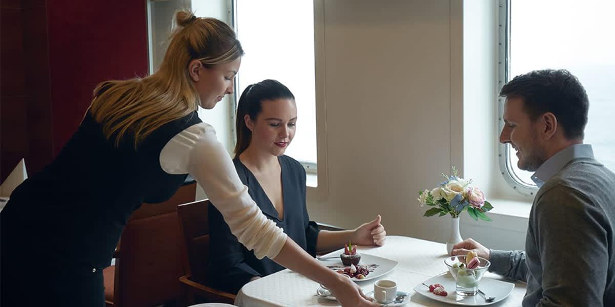 Par spiser i a la carte restauranten på Regina Seaways i Baltikum