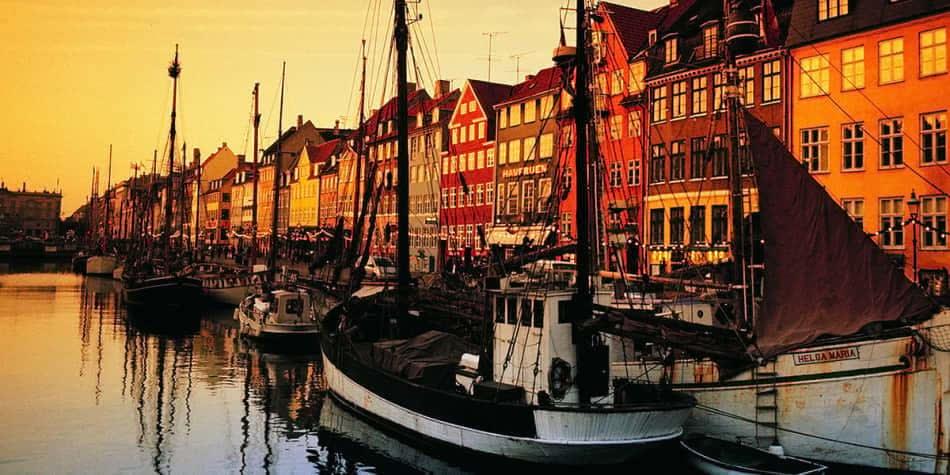 Łodzie i domy w dzielnicy Nyhavn