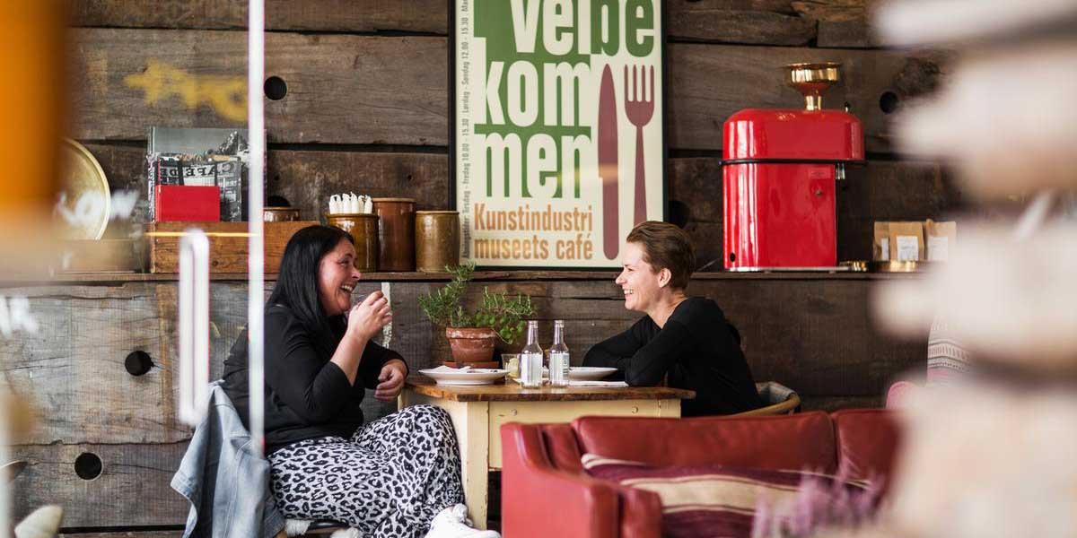 Venninner på kafé i Aarhus