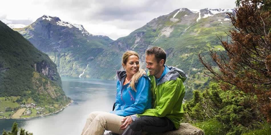 Paar sitzt auf dem Stein, Norwegische Fjorde