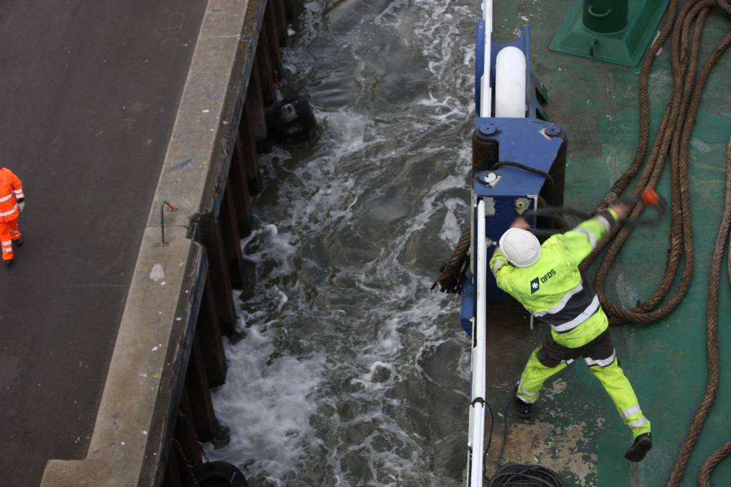 DFDS employee throws rope overboard