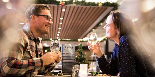 Par spiser julemiddag