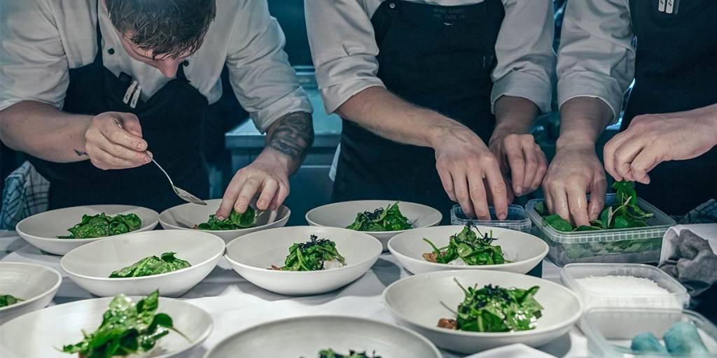 Kokker tilbereder mat i restaurant Sjø