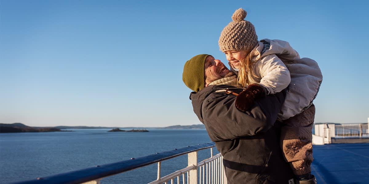 Far og datter på dækket på skibet - efterår og vinter