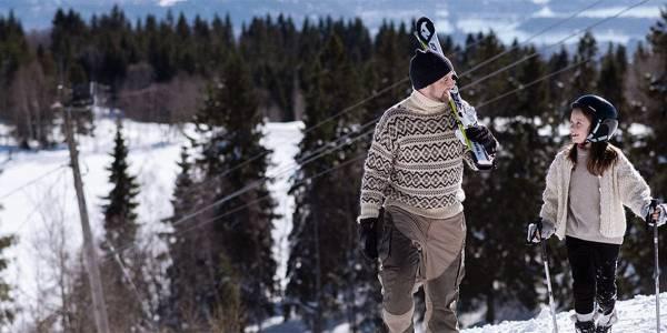 Far og datter på skiferie i Norge