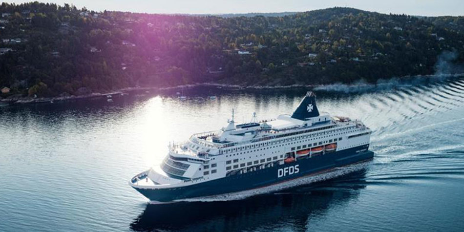 Side view of DFDS Pearl sailing