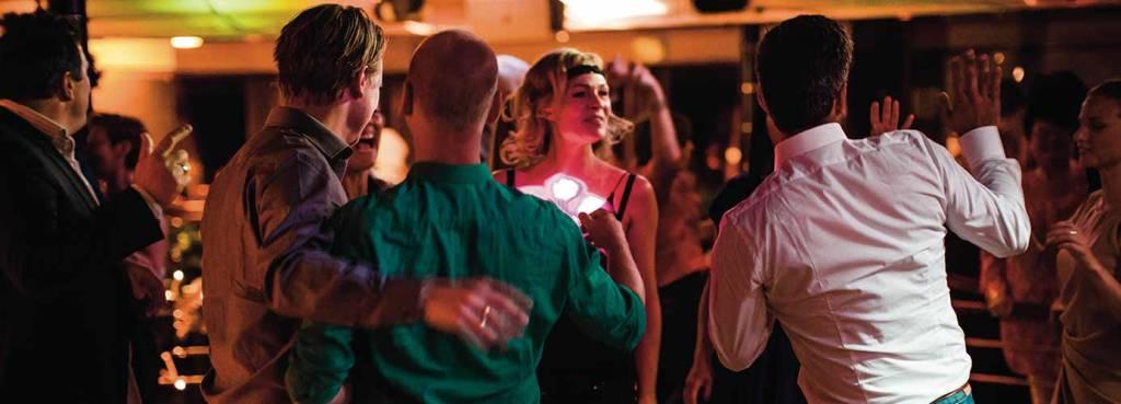 Venner danser i nattklubben