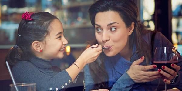 Tochter und Mutter essen zusammen