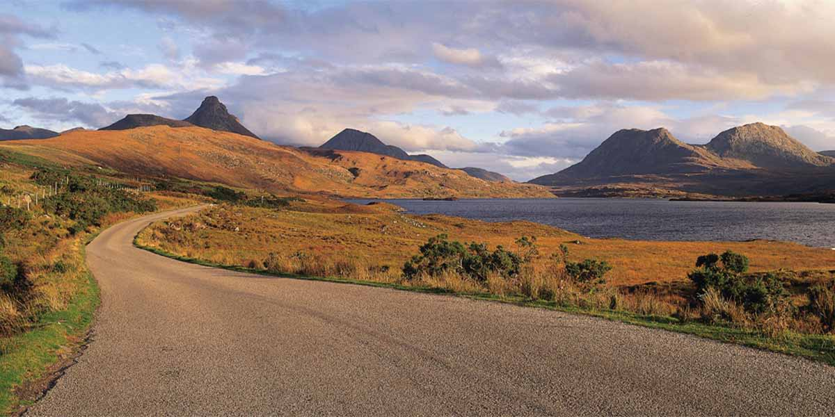 Weg in schottischen Highlands