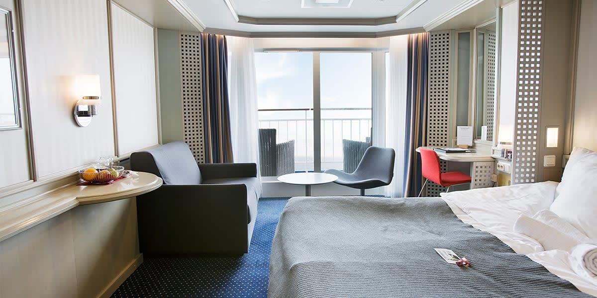 Commodore Balcony kahyt - med dobbeltseng og adgang til prviat balkon på Crown Seaways