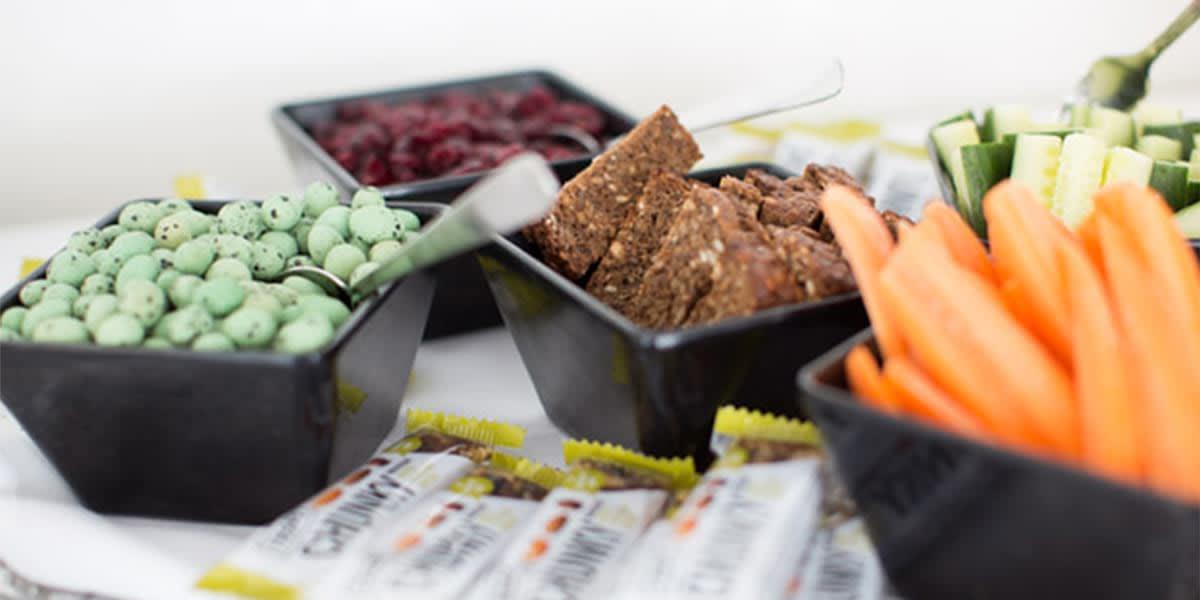 Snacks som wasabinøtter og grønnsaker med dipp