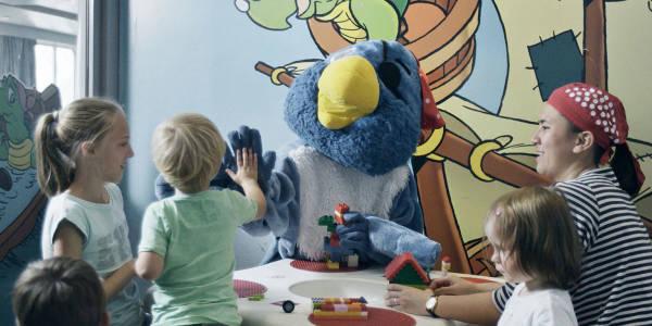Kinder spielen zusammen mit Maskottchen Jack the Pirate