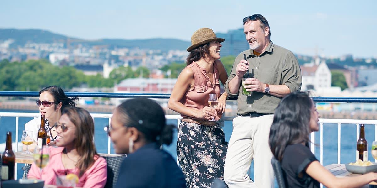 Et par nyder en drink på et cruise i Skybar