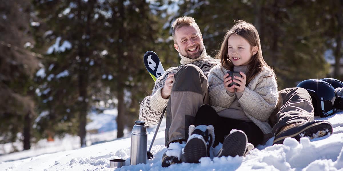 Familietid i sneen - far og datter