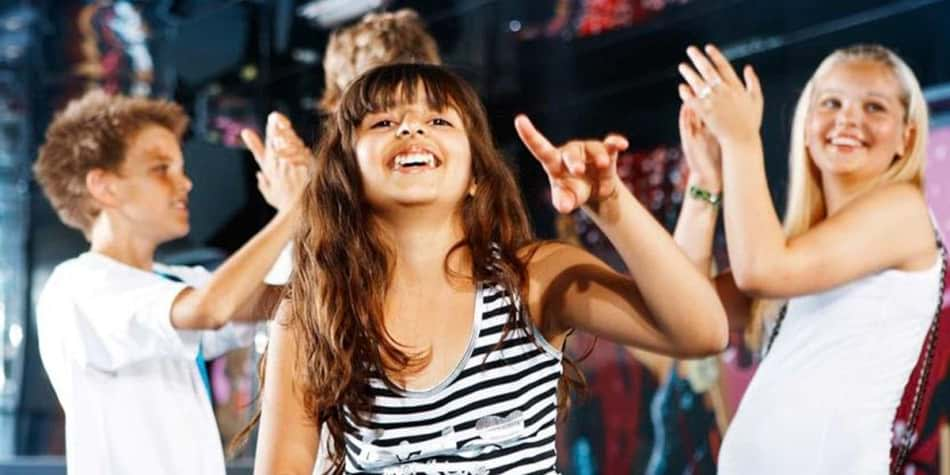 Kindern tanzen in Kids night club