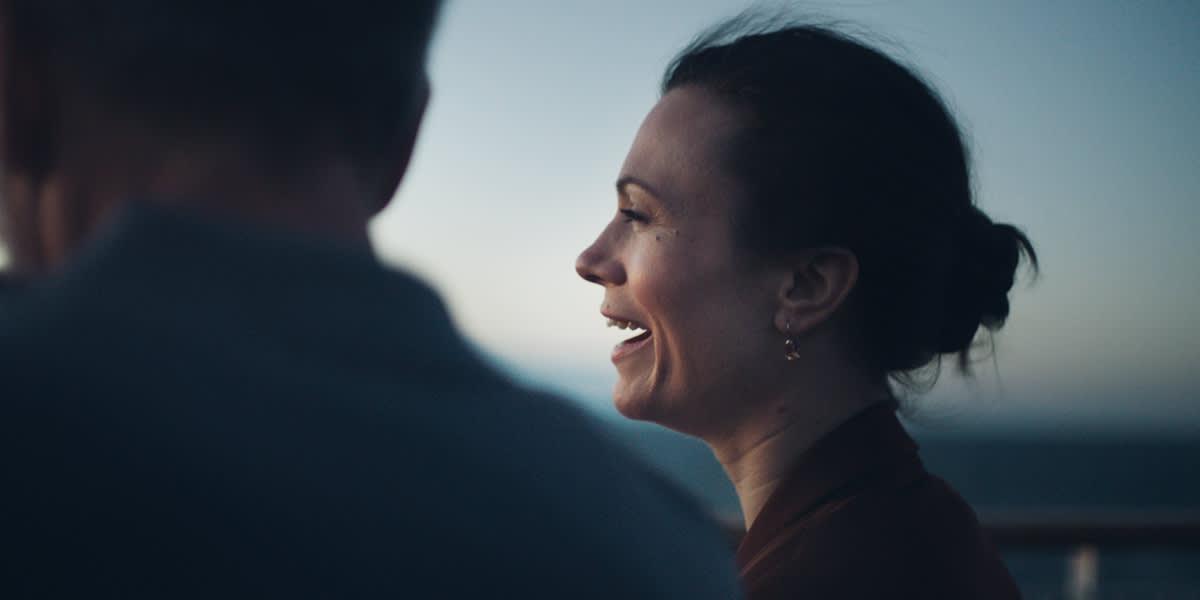 Par nyder den frisk luft på dækket