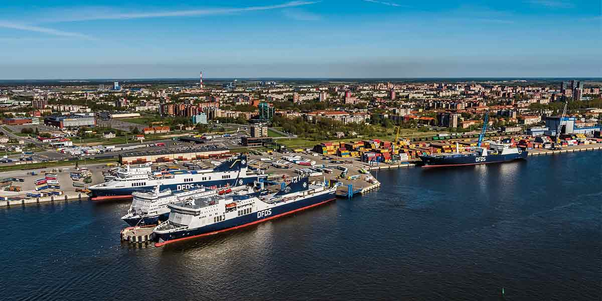 Blick auf den Hafen mit DFDS Fähre in Klaipeda