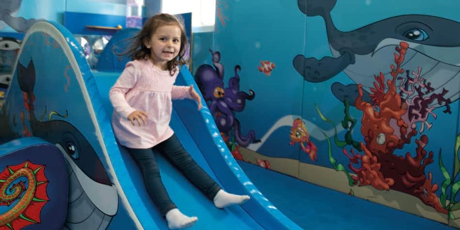 Jente leker i Kids Club om bord på Newcastle-Amsterdam