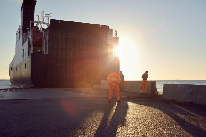 People at work - Ship docking