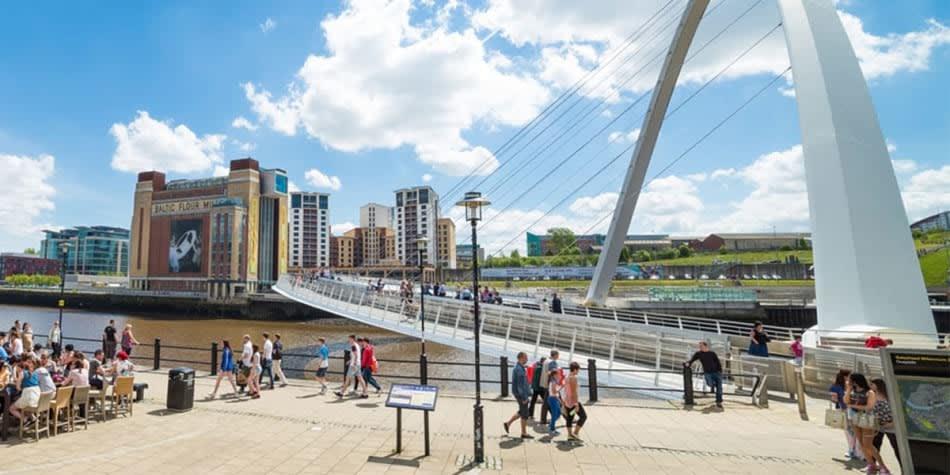 Menschen und Quayside Millennium Brücke in Newcastle