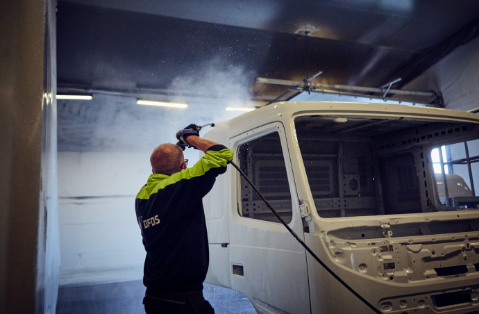 People at work - Cleaning of the truck front