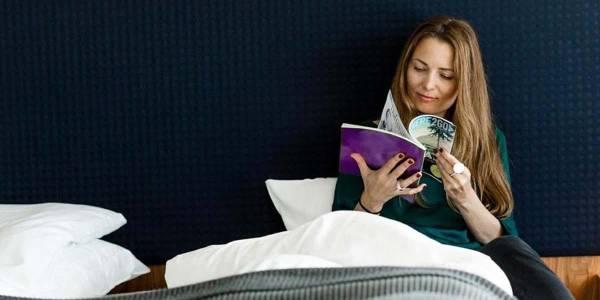 Commodore Class - Kvinde læser i et magasin