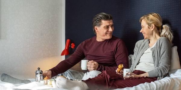 Par spiser morgenmad i sengen