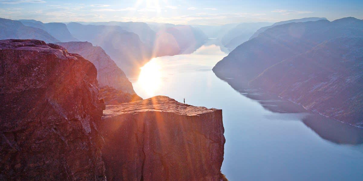 Norge - Preikestolen i soloppgang - Photo Paul Edmundson - Visitnorway