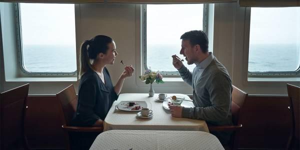 Para je obiad w restauracji na pokładzie promu