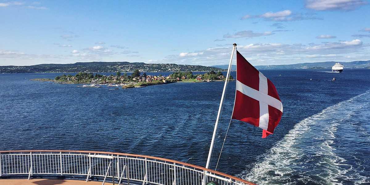 Fra dekk med dansk flagg - utsikt utover Oslofjorden