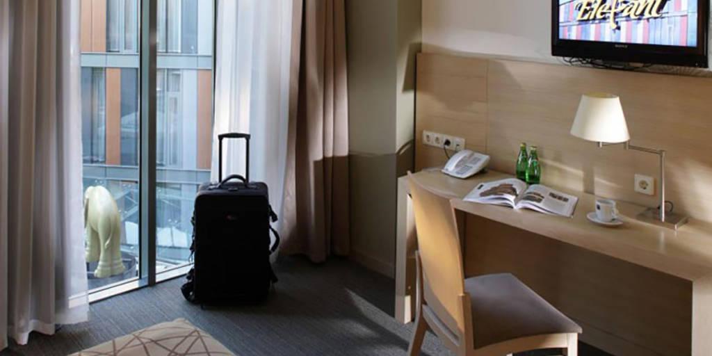 Rixwell Elefant Hotel Room, Table
